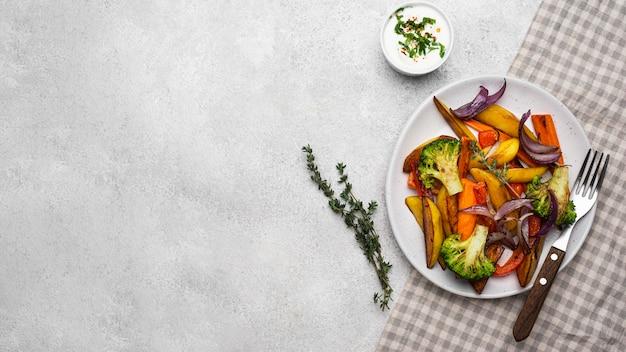 Vue de dessus arrangement de plats locaux savoureux avec espace copie