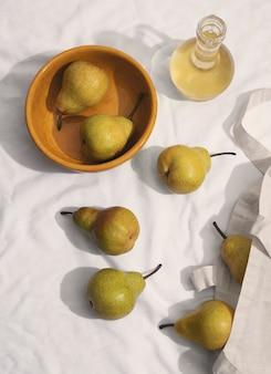 Vue de dessus arrangement de poires avec bol