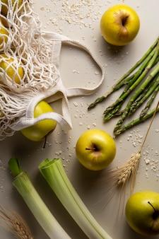 Vue de dessus arrangement de pommes et asperges