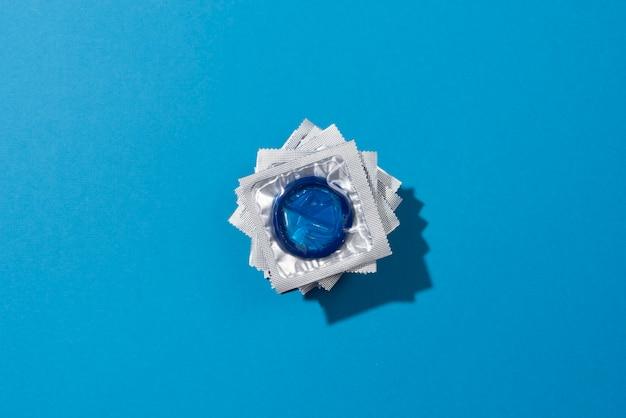 Vue de dessus de l'arrangement des préservatifs bleus