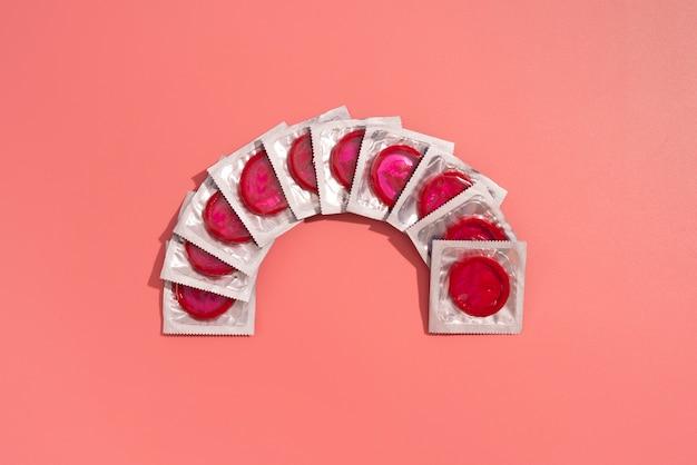 Vue de dessus de l'arrangement des préservatifs rouges