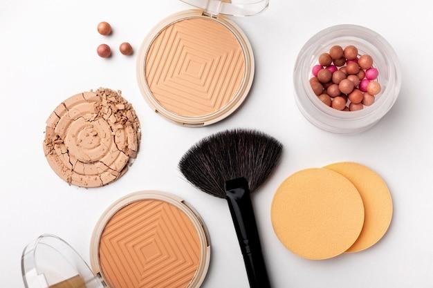 Vue de dessus de l'arrangement des produits de maquillage