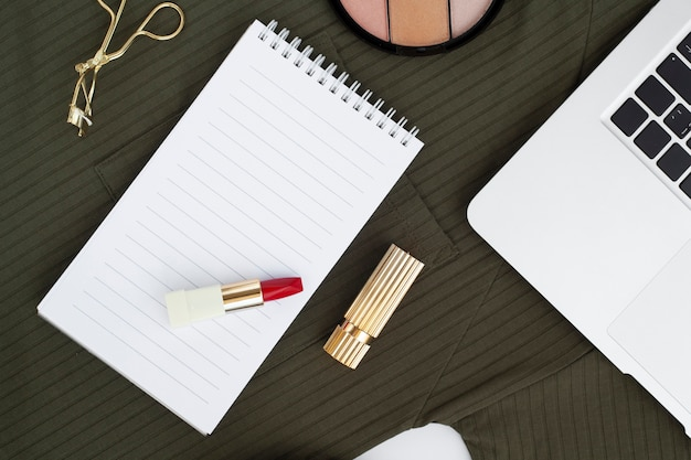 Vue de dessus arrangement avec rouge à lèvres sur ordinateur portable