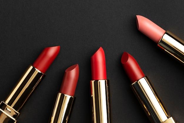 Vue de dessus arrangement de rouges à lèvres rouges