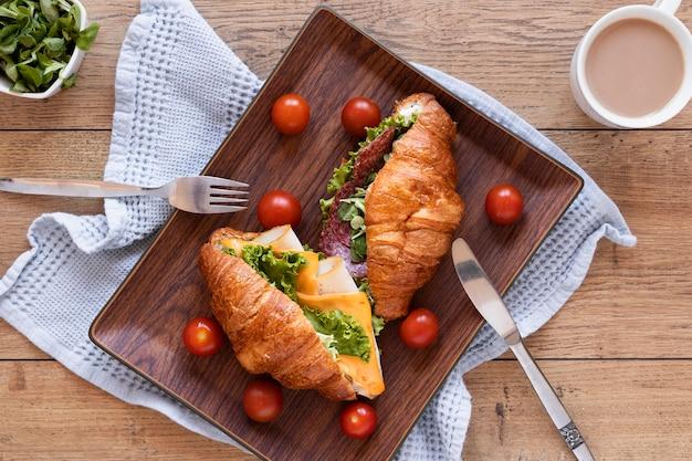 Vue de dessus arrangement de sandwichs frais sur fond de bois