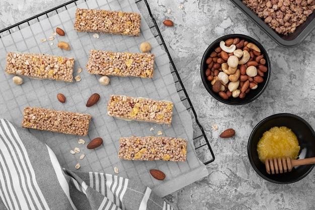 Vue de dessus d'arrangement de snack-bars sans sucre