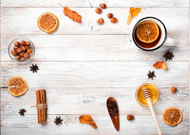 Vue de dessus de l'arrangement de thé de saison