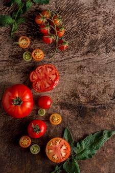 Vue de dessus d'arrangement de tomates savoureuses