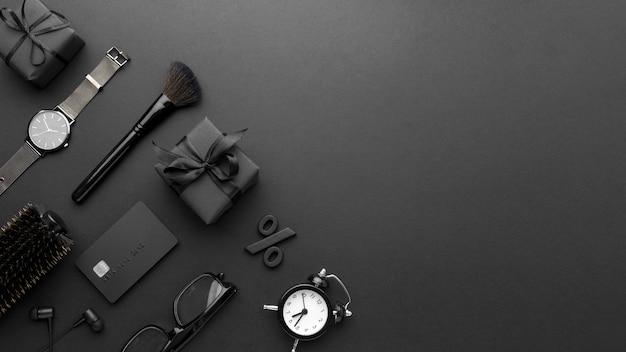 Vue de dessus arrangement de vendredi noir sur fond noir avec espace de copie