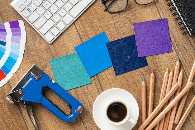 Vue de dessus des articles pour redécorer la maison avec des crayons de couleur