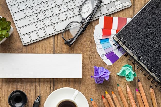 Vue de dessus des articles pour redécorer la maison avec palette de couleurs