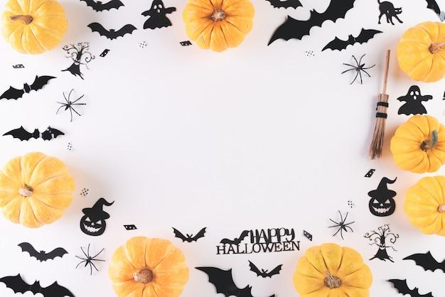 Vue de dessus de l'artisanat d'halloween sur blanc