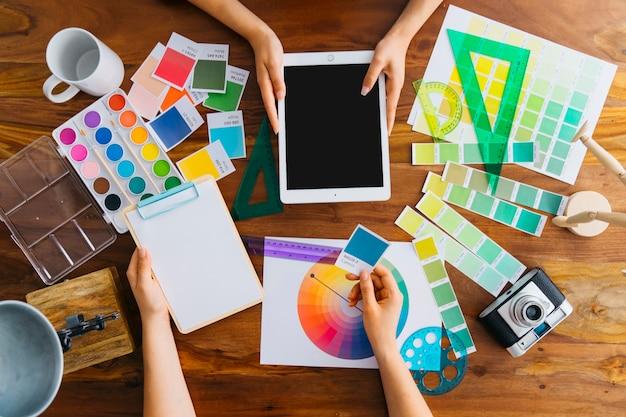 Vue de dessus des artistes avec tablette et presse-papiers