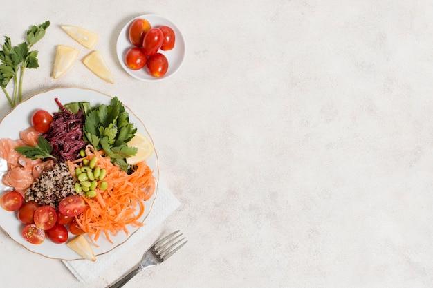 Vue de dessus d'une assiette d'aliments sains