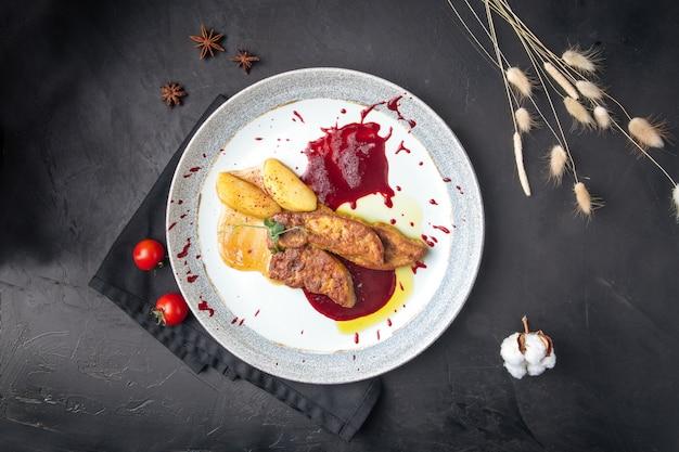 Vue de dessus sur une assiette au foie gras.