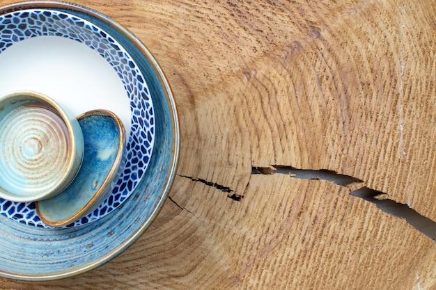 Vue de dessus assiette conçue avec plateau et petite assiette sur fond en bois verre de cuisine design couleur photo espace libre