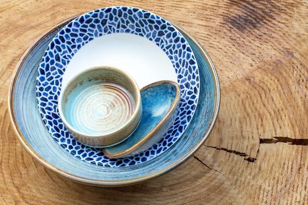 Vue de dessus assiette conçue avec plateau et petite assiette sur fond en bois verre de cuisine design photos couleur