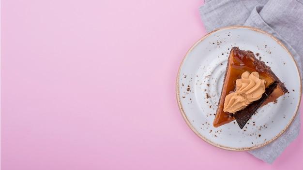 Vue de dessus de l'assiette avec un gâteau