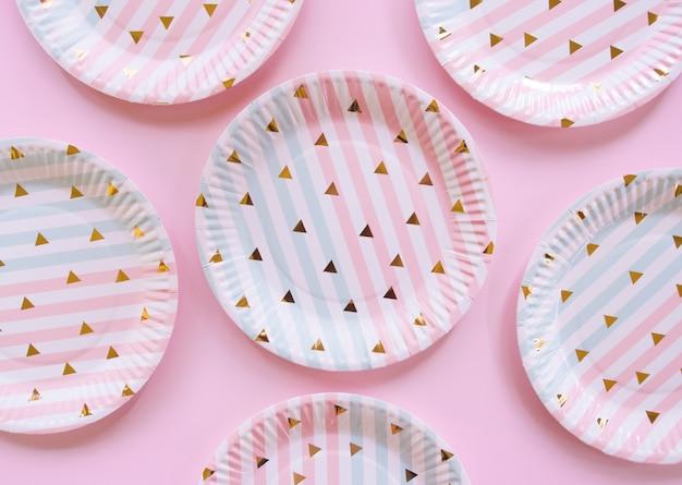 Vue de dessus d'une assiette en papier coloré.
