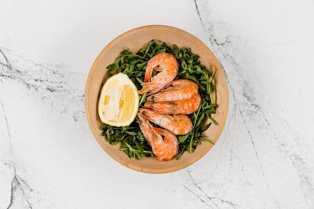 Vue de dessus de l'assiette avec salade et crevettes
