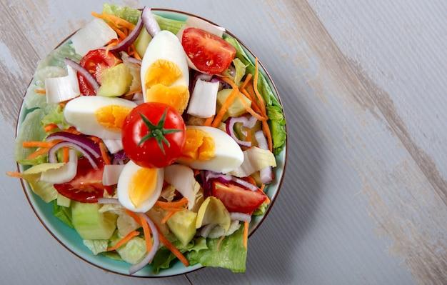 Vue de dessus de l'assiette de salade de légumes sur une table en bois