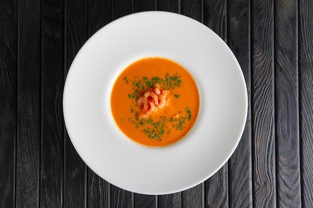 Vue de dessus d'une assiette de soupe aux crevettes