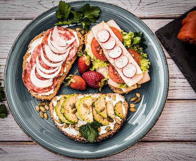 Vue de dessus d'une assiette avec trois types de sandwich diététique