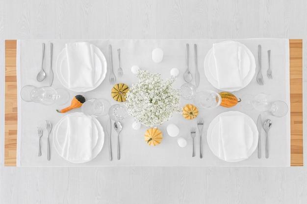 Vue de dessus des assiettes blanches sur table avec espace copie
