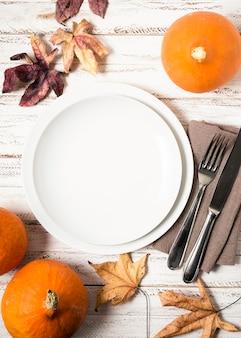 Vue de dessus des assiettes pour le dîner de thanksgiving avec des couverts