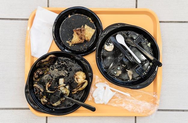 Vue de dessus des assiettes sales avec des restes de nourriture
