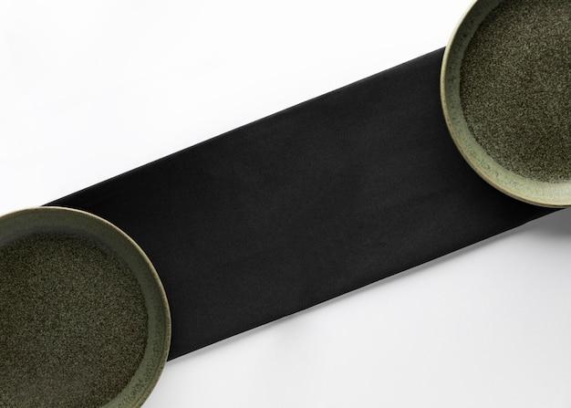 Vue de dessus des assiettes avec serviette