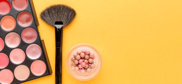Vue de dessus assortiment d'accessoires de maquillage avec espace copie