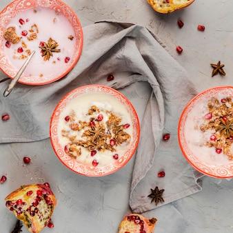 Vue de dessus assortiment de bols à déjeuner avec fruits