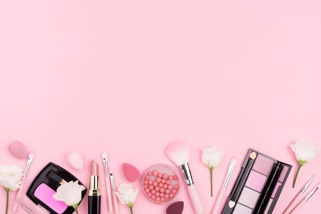 Vue de dessus assortiment de cosmétiques avec espace copie