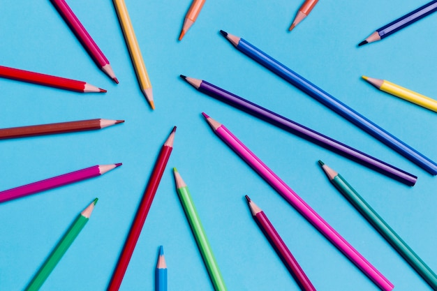 Vue de dessus assortiment de crayons colorés