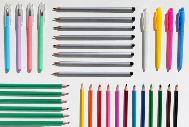 Vue de dessus assortiment de crayons différents