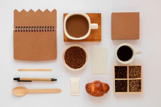 Vue de dessus assortiment créatif d'éléments de café sur fond blanc