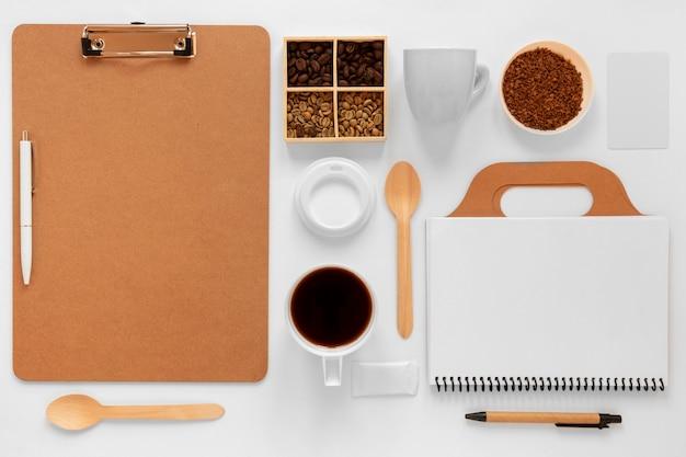 Vue de dessus assortiment créatif d'éléments de café