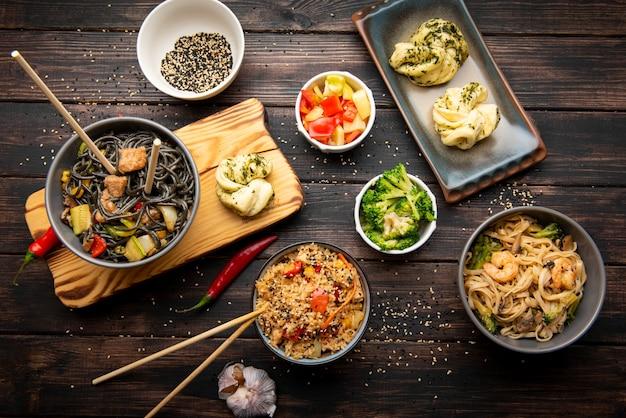 Vue de dessus de l'assortiment de délicieux plats asiatiques