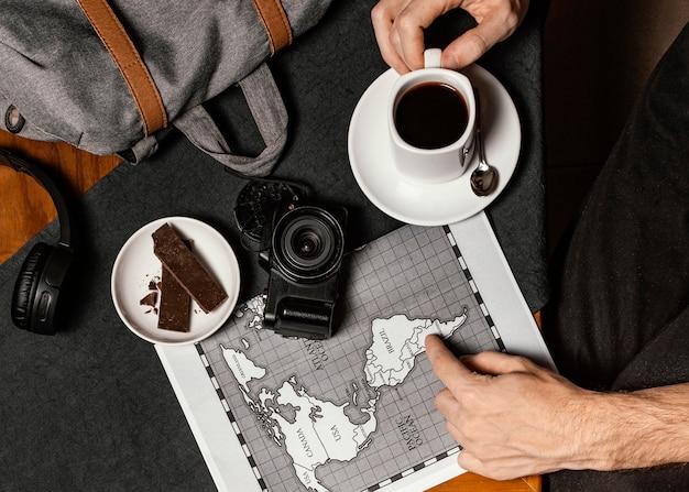 Vue de dessus assortiment de différents éléments de voyage
