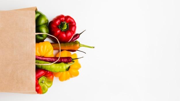 Vue de dessus assortiment de différents légumes frais avec espace copie