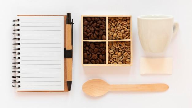 Vue de dessus assortiment d'éléments de marque de café sur fond blanc