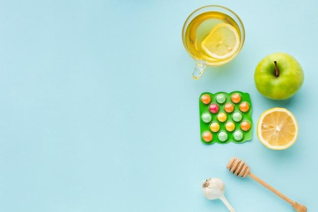 Vue de dessus assortiment de fournitures médicales et pomme avec espace copie