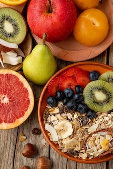 Vue de dessus de l'assortiment de fruits avec céréales pour petit déjeuner