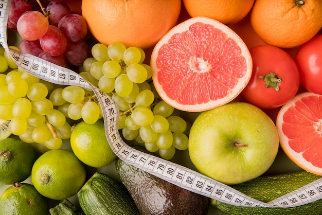 Vue de dessus assortiment de fruits avec ruban à mesurer