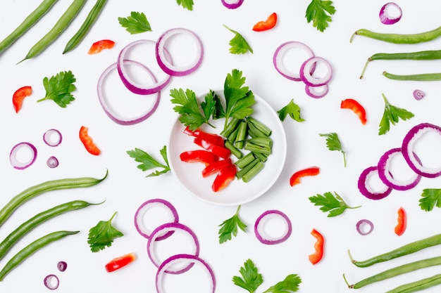 Vue de dessus assortiment de légumes biologiques