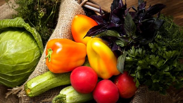 Vue de dessus assortiment de légumes frais d'automne