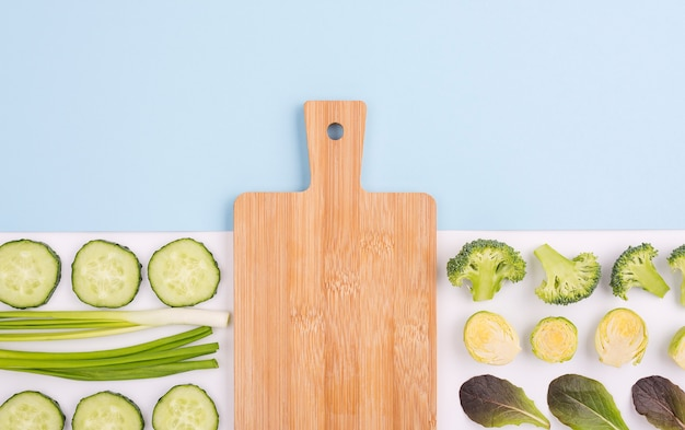 Vue de dessus assortiment de légumes avec planche à découper