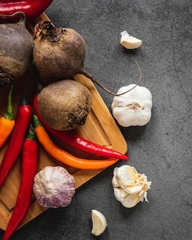 Vue de dessus assortiment de légumes sur une planche à découper