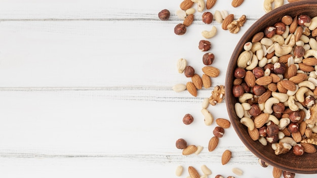 Vue de dessus de l'assortiment de noix dans un bol